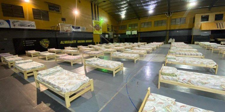 Le gymnase aménagé du club d'Almirante Brown pour recevoir des patients. (DR)